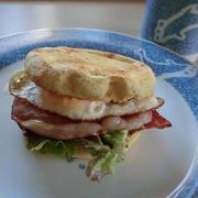 イングリッシュマフィンでベーコンエッグ朝食