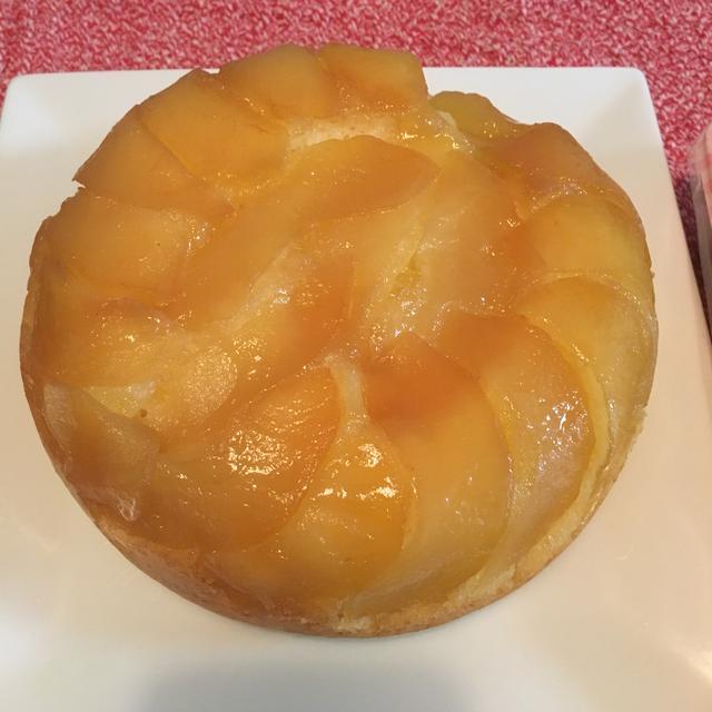 炊飯器で作ったアップルケーキを持って