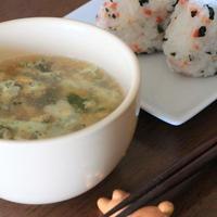 主婦の一人飯☆「丸美屋 混ぜ込みわかめ」 de おにぎり&中華風スープ