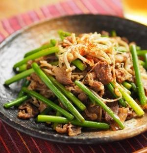 牛こま肉と茎にんにくのバターしょう油炒め、野菜が高い時の安心レシピ