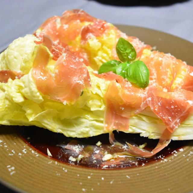 白菜と生ハムの豪快サラダ。白菜の真ん中の一番おいしいところを贅沢に味わうおつまみ。