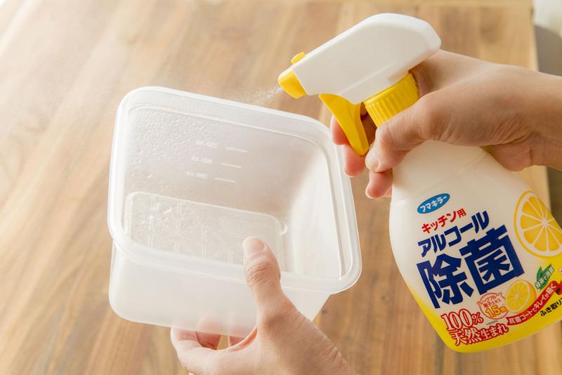 おかずを保存する容器は丁寧に洗い、清潔なふきんで水気をふきとります。キッチン用の除菌スプレーでアルコ...