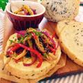 黒ごまのラウンドパン♪と、キノコとカラーピーマンのバルサミコの温サラダ。