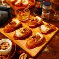 意外な組み合わせなようで!??とっても美味しくいただけちゃう☆オリーブオイルとにんにくを塗って香ばしく焼いたバケットにチーズとクローブの香りを移したジャムをのせてブラックペパーをふってくるみにアーモンドもトッピング!!!ワインなどのお酒のおつまみにぜひ♪「クローブ香る★オレンジマーマレードとカマンベールのブルスケッタ」※クローブは必ず食べる際取り除いて下さい。【レシピ 1775】【スパイス大使】