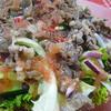 ピンクペッパーを使ったドレッシングで焼き肉サラダ