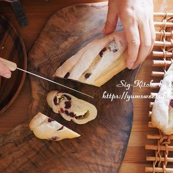 レシピ動画『クランベリーとクリームチーズ入りの白パン』
