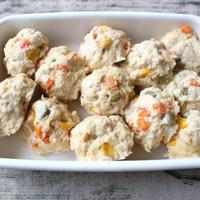 離乳食後期レシピ。レンジでかんたん野菜入り鶏肉団子。卵なし手づかみOK