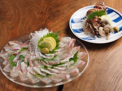 休日の晩ごはん、鯛とさざえの刺身に海鮮味噌鍋