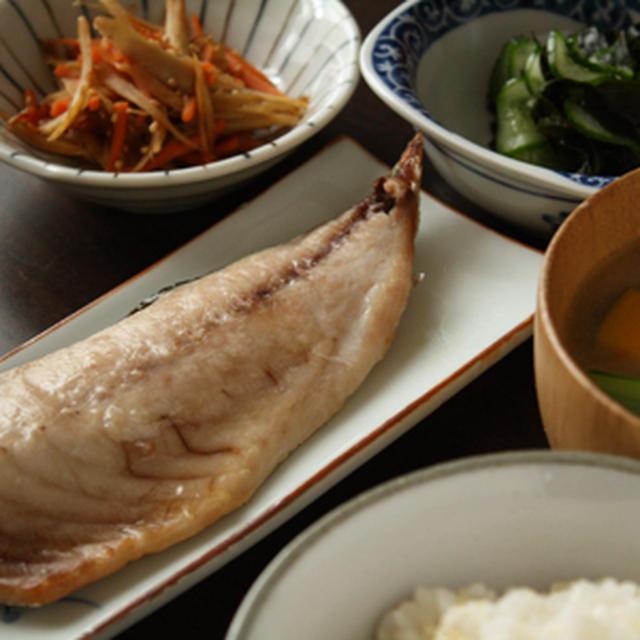 朝ごはん(和食の献立):青あじの塩焼き、きんぴらごぼう、酢の物、味噌汁
