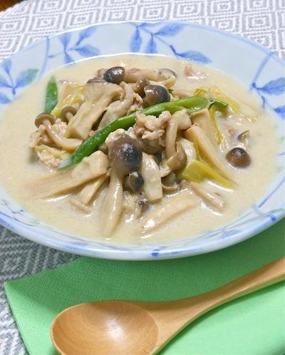 あったか&ヘルシーでボリューミィ冬おかず!生姜をきかせた豚肉とたっぷりきのこの豆乳和風スープ。