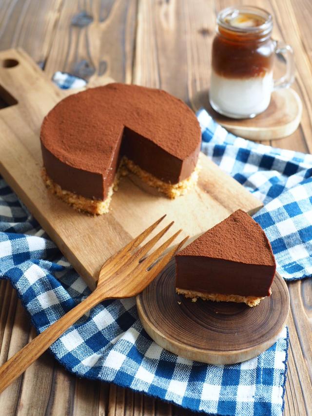 木の板に乗ったレアチョコケーキ