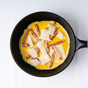 3、スライスチーズをちぎりながら加えて混ぜ、チーズを完全に溶かす。器にご飯を盛り、炒めた卵をのせてめ...