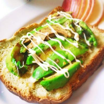 青汁パンでアボカドパン