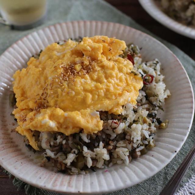 レシピ。高菜とひき肉のふんわり卵のせ炒飯