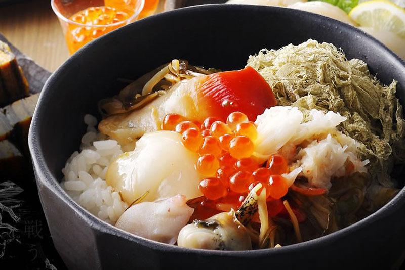 解凍するだけの肉厚な「ホタテ貝柱」や、脂のり抜群の「紅ほっけ(干物)」、10種類の海鮮が一度の楽しめ...