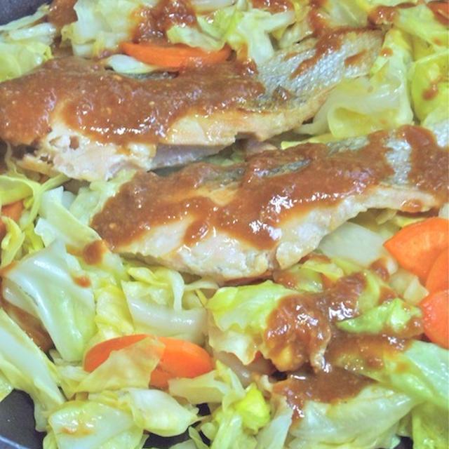 野菜たっぷり!ゴハンがすすむ〜春キャベツと鮭のちゃんちゃん焼き風。