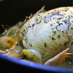 ガーリック風味の詰め物の鶏丸と野菜の煮込み、ハーブの香り