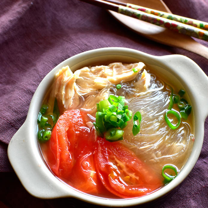 土鍋風なお皿につがれたサラチキ&トマトのあごだし春雨スープ