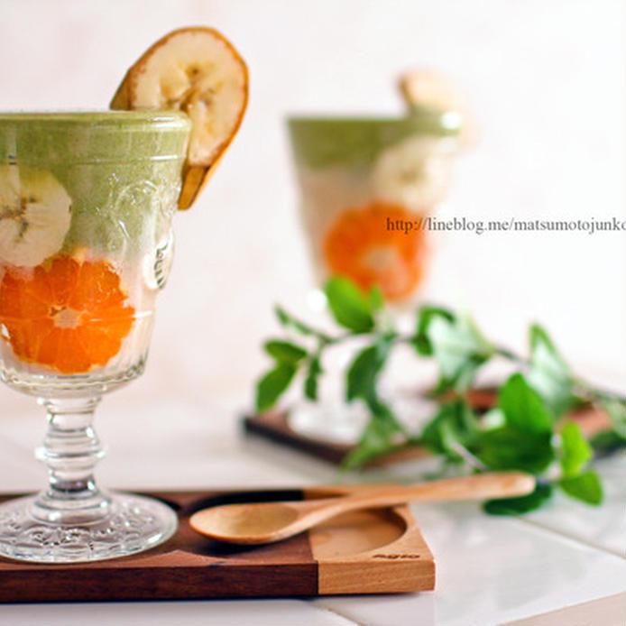 緑色と白色の層になっているミックスジュース
