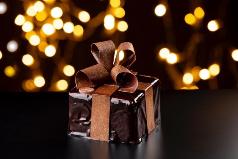 そのまま手渡したくなるギフトボックス型のオペラケーキは、チョコレートをこよなく愛する人への贈り物とし...