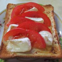 白味噌風味のトマトとカマンベールチーズのトースト