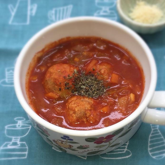 スープカップにつがれたおからミートボールのミネストローネ