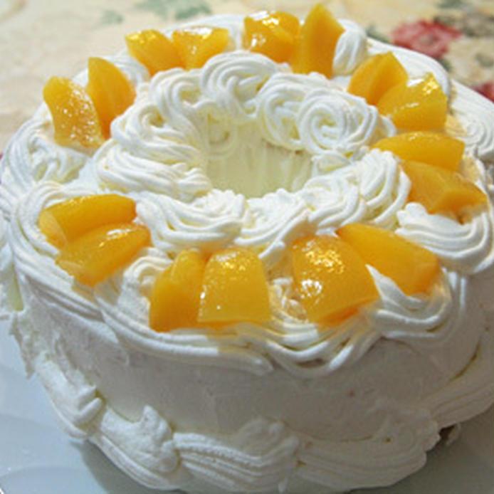 シフォン生地で作る黄桃のデコレーションケーキ