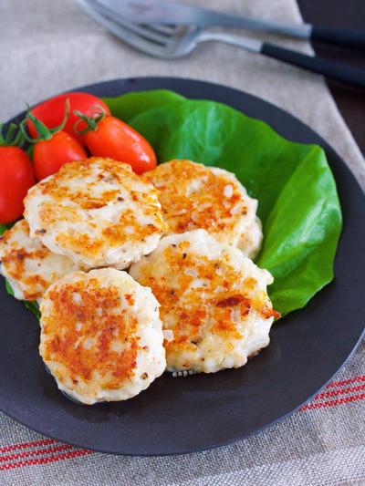 作り置きやお弁当にも♪冷めてもふわっふわ♪『むね肉 de オニオンチーズの刻み塩つくね』