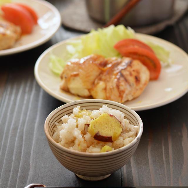 鍋で【焦がしバター風味のさつまいもごはん】とレモン鶏の献立。
