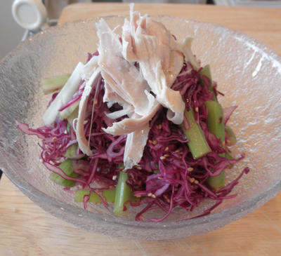 禁酒解禁まで後9日 ~ 鮭のハラミ唐揚げ丼と紫キャベツの醤油ドレッシングサラダ