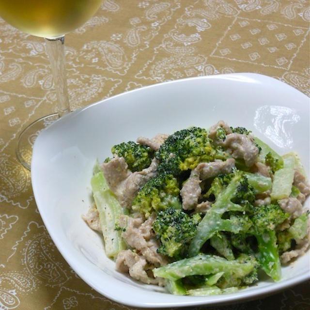 簡単おかずにチョイ足しでワインに合う〜ブロッコリーと豚肉のスパイシー胡麻和え。