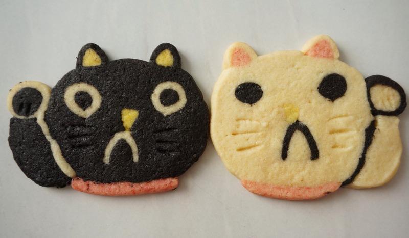 「招き猫クッキー(白)(黒)」各2枚入り 350円(税抜)<br>招き猫をモチーフにしたクッキーは、...