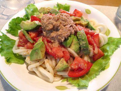 【ゴマドレッシングで手軽に】アボカド・トマト・ツナのサラダうどん