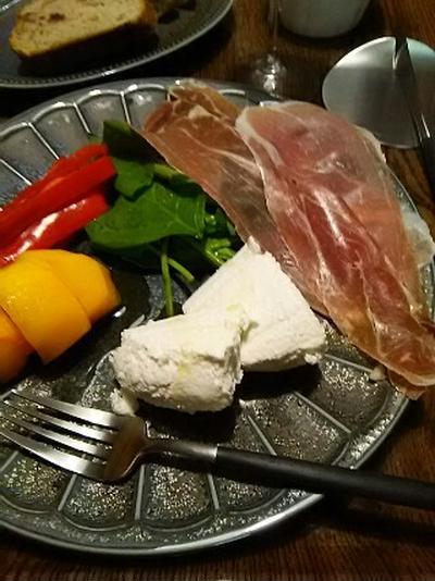 北海道チーズから献立…切っただけ(笑)