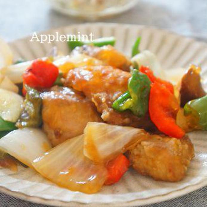 たっぷり野菜と一緒に甘酢あんで絡められたぶりの竜田揚げ
