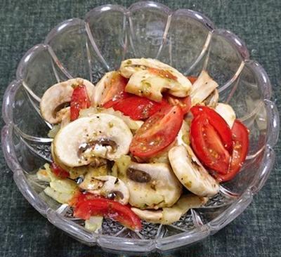 マッシュルームとミニトマトのバジル風味サラダ、牛ホルモンの煮込み