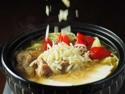 鶏もも肉のチーズコンソメ鍋、鶏もも肉は直火で焼き目をつけ、キャベツとパプリカは煮込むと美味しい。