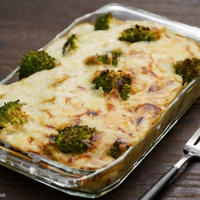 キャベツとマッシュルームのクリームソースで作る、じゃがいもとブロッコリーのグラタン