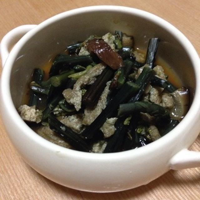 小さなスープ皿に入ったワラビの佃煮