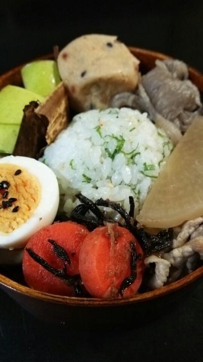 大根とガンモと豚肉煮物とおむすび弁当