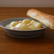 クリームシチューと長いパン