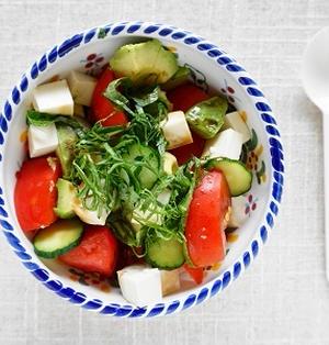 火を使わない簡単レシピ! トマトとアボカドのおかか丼