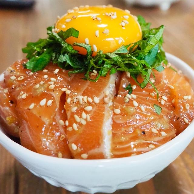 【レシピ】サーモンのめんつゆ柚子胡椒ユッケ丼