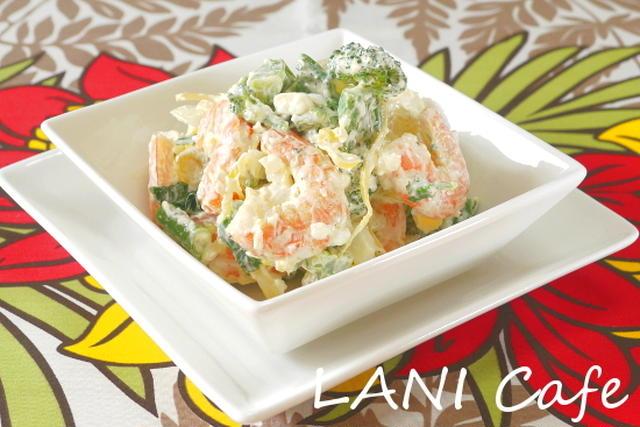 白いお皿に盛られたスティックセニョールと海老のタルタルサラダ
