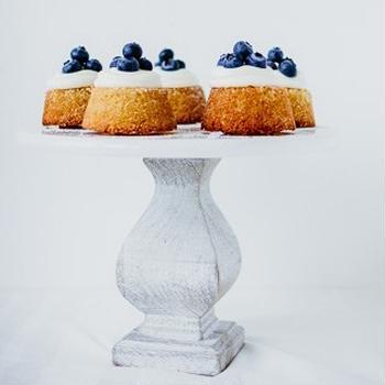ティータイムのアーモンドケーキとレモンカードクリーム