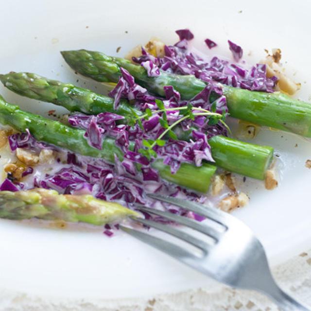 アスパラガスとレッドキャベツドレッシングのサラダ
