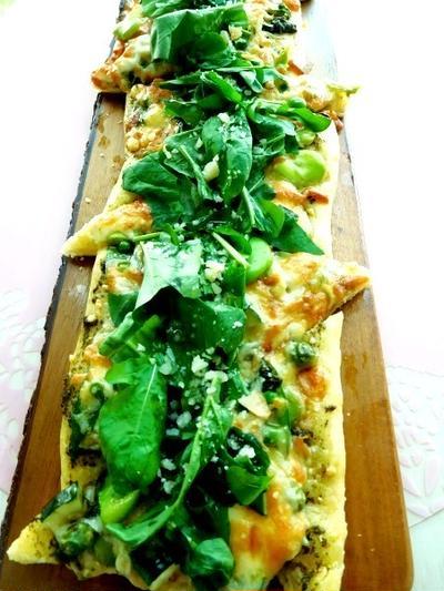 旬のお野菜をのっけてバジリコソースのグリーンピッツァ