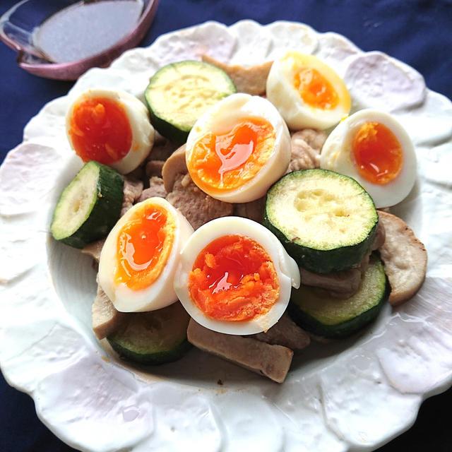 栄養満点、ボリューム満点、美味しさ満点、ズッキーニと豚肉とエリンギ炒め、焼肉のたれ添え