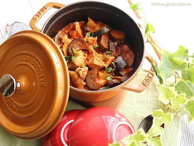 赤いストウブ鍋に盛り付けた鶏肉となすのカチャトーラ
