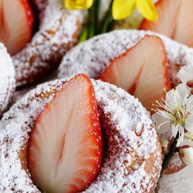 【蒸しパンMIXで簡単なドーナツ 春苺添えです♪】米粉入りでサクサク!!